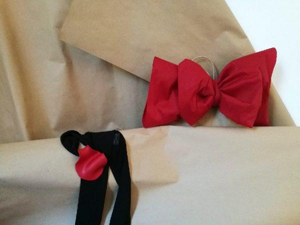 Crveni cvijet maka na marami od muslina