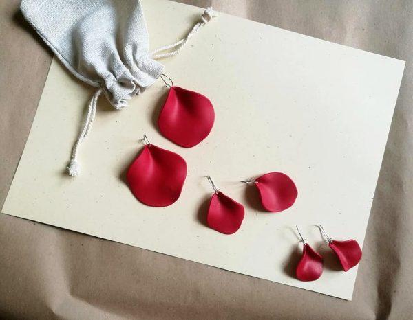 Naušnice Mak u obliku crvene latice cvijeta maka. Dolaze u 4 veličine.