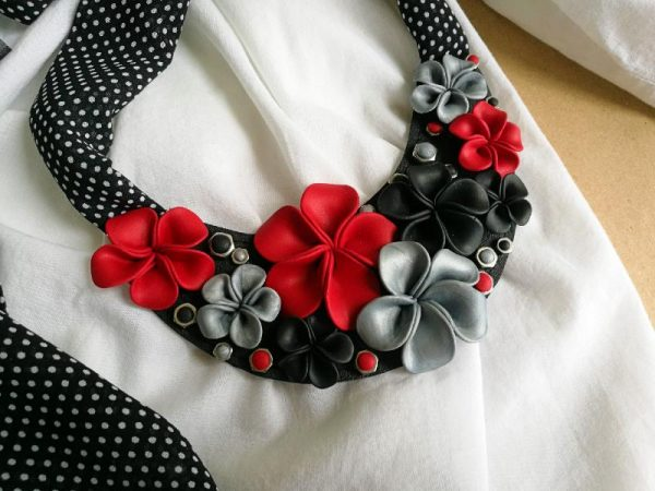 Elegantna crna marama Cvita ukrašena predivnim ručno oblikovanim cvjetovima