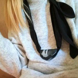 Crna marama Latica izrađena je od fine tkanine s dodatkom u obliku cvjetne latice