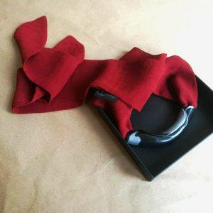 Crvena ženska marama Minimal s jedinstvenim dodatkom crno-srebrne boje