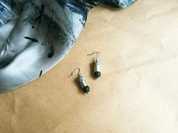 Ženske naušnice Lava Rollers zanimljivog dizajna od crnog i sivog lava kamena sa srebrenim detaljima