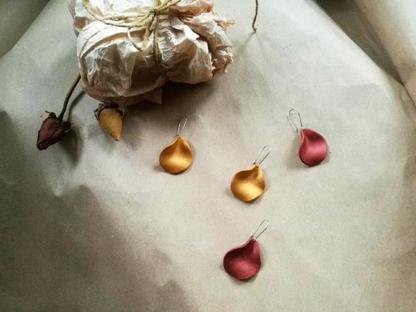 Naušnice Memory Rose u obliku latice ruže, raznih boja i 4 veličine