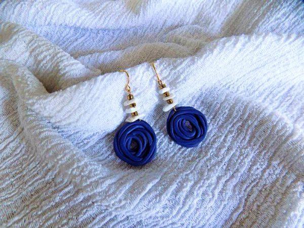 Naušnice Sea Rose kao nježne ružice u kombinaciji s komadićima morskih školjki sa zlatnim detaljima