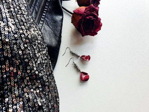 Ženstvene boho naušnice u obliku cvjetne latice zapetljane na žici od kirurškog čelika
