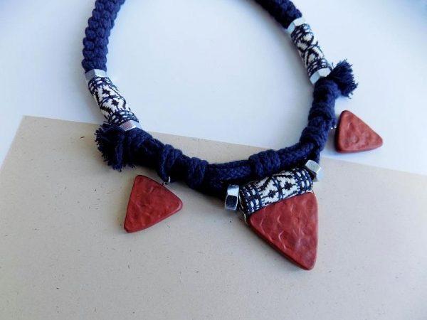 Afrička etno ogrlica Afar pravi je statement etno nakit. Inspirirana je rukotvorinama afričkih plemena, prekrasnim bojama, uzorcima i pletivima