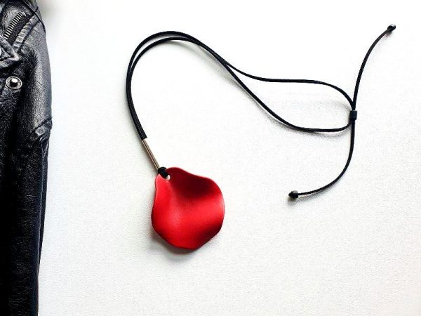 Ogrlica Boho Latica je velika cvjetna latica i posrebreni detalj na lančiću od velura