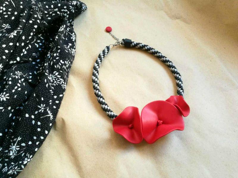 Ogrlica Mak s velikim crvenim cvjetovima na crno-sivom pletenom užetu