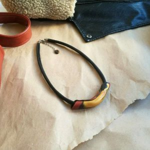 Minimalistička ogrlica od ekološke kože s efektim ukrasom