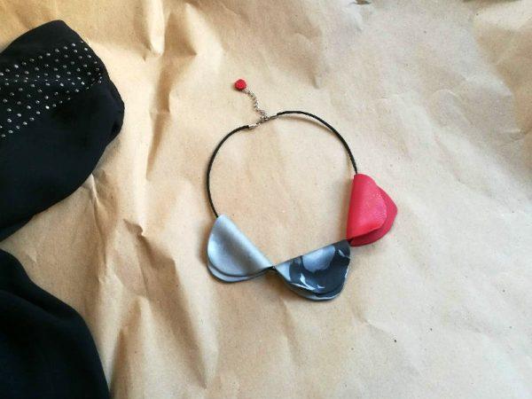 Ogrlica Mix&Match na lančiću od kožnog velura s 3 cvjetne latice