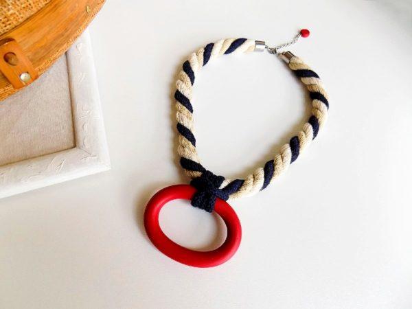 Ogrlica MoKi upečatljivog izgleda na unikatnom užetu i s crvenim privjeskom