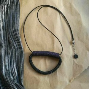 Jednostavna ogrlica One od eko kože u 3 boje na crnom užetu