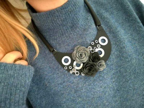 Crna kožna rokerska ogrlica Romantic Rose s cvjetnim detaljima