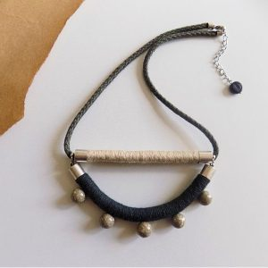 Maslinasto zelena ogrlica Safari s perlicama od bračkog kamena.