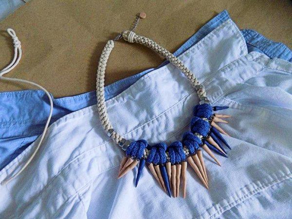 Ogrlica Turritella izrađena je od pletenog užeta prirodne boje i ukrašena je morskim školjkama turritella u više boja