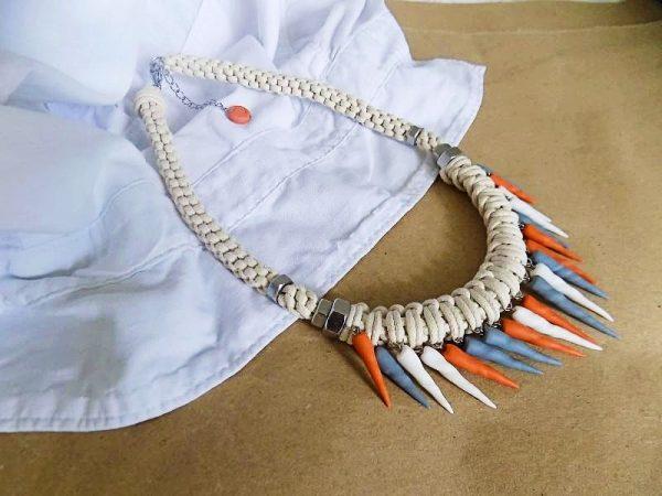 Ogrlica Turritella Nude nalazi se na ručno pletenom užetu prirodne boje na koje su postavljene višebojne turritella morske školjke