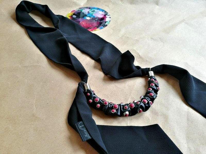 Jedinstvena elegantna marama s glam rock ukrasom od crne eko kože, čeličnih matica i ženstvenih boja